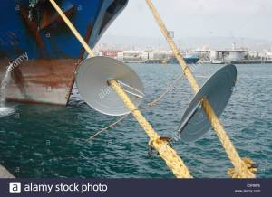rat-guards-on-ship-mooring-ropes-to-prevent-rats-getting-aboard-c5r6pe